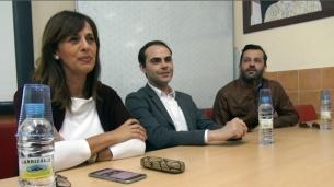 El Diseñaor Ion Fiz junto a la Consejera de Cultura Fadela Mohatar y el Presidente de Lal La Buya Sergio Gallardo, dan una charla sobre moda en la escuela de diseño de Melilla