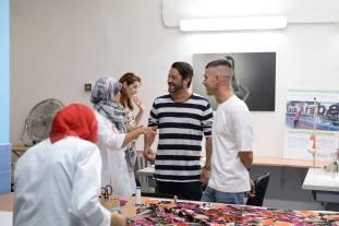 Sergio Gallardo y Moises Castañeyra visitan el taller y charlan con las mujeres.