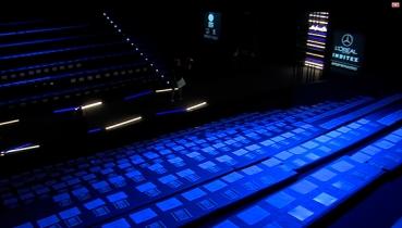 Displays repartidos en todos los asientos del desfile Mercedes Benz Fashion Week Madrid