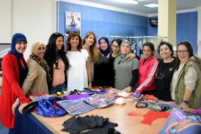 Las Mujeres lal La Buya junto a la Consejera de Cultura Fadela Mohatar y la diseñadora Leonor Pando
