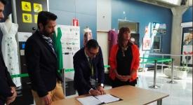 Ivan Grande director del Aeropuerto firma el acuerdo con Lal La Buya