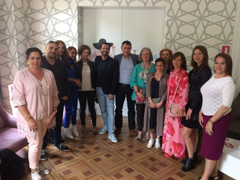 Sergio Gallardo, presidente de Lal La Buya con algunos de los asistentes a su ponencia sobre como la moda puede dignificar vidas.