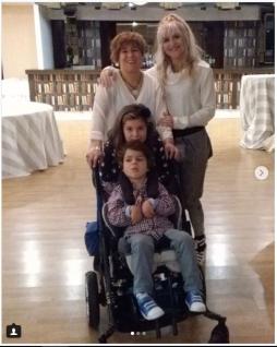 María Lafuente junto a Covadonga Madre de Alonso y la hermana de este campeón de seis años.