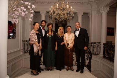 Sergio Gallardo, presidente de Lal La Buya, Natenapa Kongsri y Samerjit Limlikit de la Real Embajada de Tailandia en España y Fadela Mohatar, consejera de cultura junto a algunos de los invitados que compartieron velada.