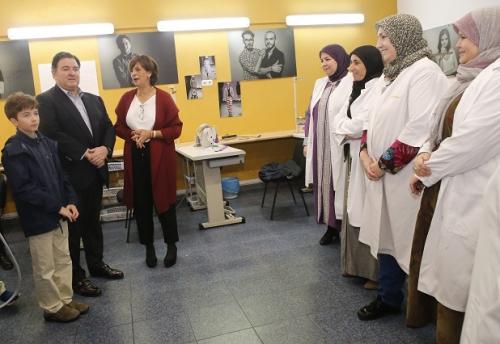 El embajador de EEUU en España, Richard Duke Buchan, en su primera visita a Melilla visitó el taller de Lal La Buya